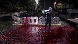 """Semana arremete contra El Espectador por fotos de """"acto violento"""" en su sede"""