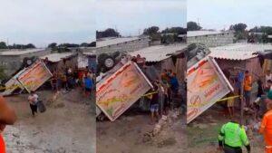 Camión sufrió volcamiento y fue saqueado en la vía a Tasajera